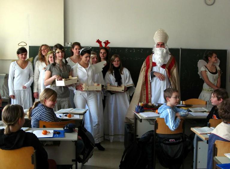 Der Nikolaus begrüßt mit seinen Engeln die Kinder der Klasse 5f. - big