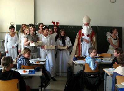 Der Nikolaus begrüßt mit seinen Engeln die Kinder der Klasse 5f. - small