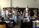 Der Nikolaus begrüßt mit seinen Engeln die Kinder der Klasse 5f. - thumbnail