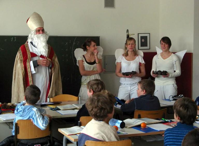 Mit mahnenden Worten verabschiedet sich der Nikolaus von den Kindern. - big