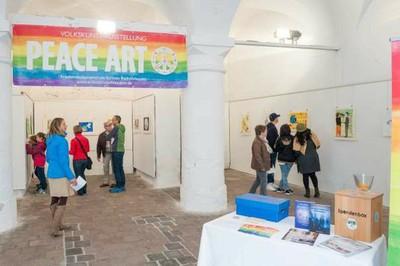 Peace Art in der Säulenhalle LL Besucher.jpg