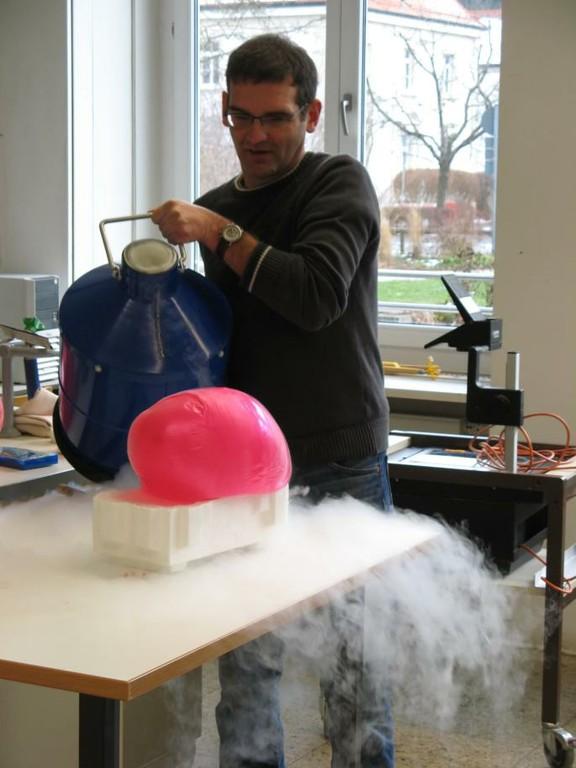 bei Minus 198Grad macht sogar ein prall gefüllter Luftballon schlapp. - big